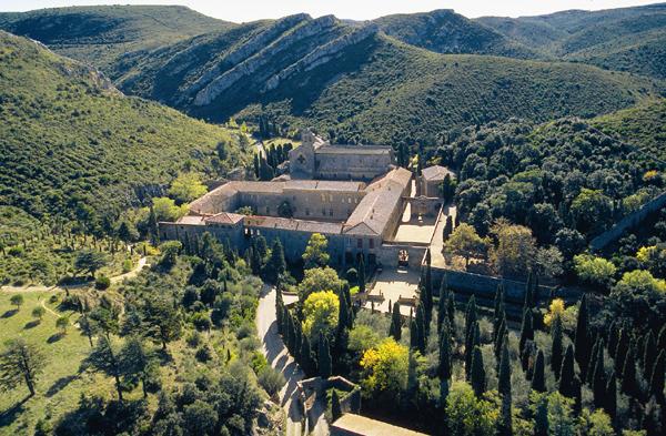 Corbieres_ : Abbaye_de_Fontfroide dans l'Aude