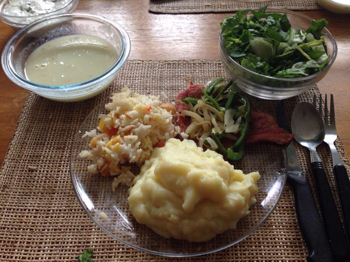 Súper comidita! Crema de espárragos, puré de papas, arroz con vegetales, chuleta sal pimienta con cebolla y pimentón y deliciosa ensalada cesar!
