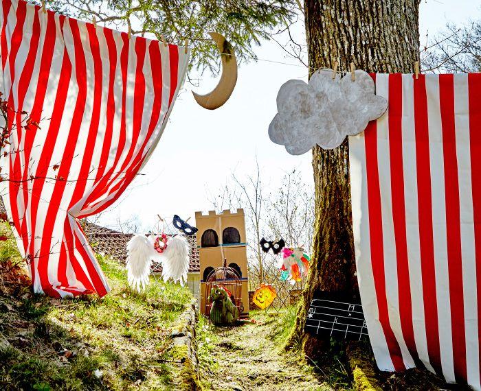 패브릭 두 장을 줄에 걸어 커튼을 만들면 아이들을 위한 야외극장을 만들 수 있어요. 몇 가지 재료와 아이디어로 연극을 준비해보세요.