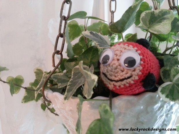 Free crochet pattern for ladybug in Norwegian.
