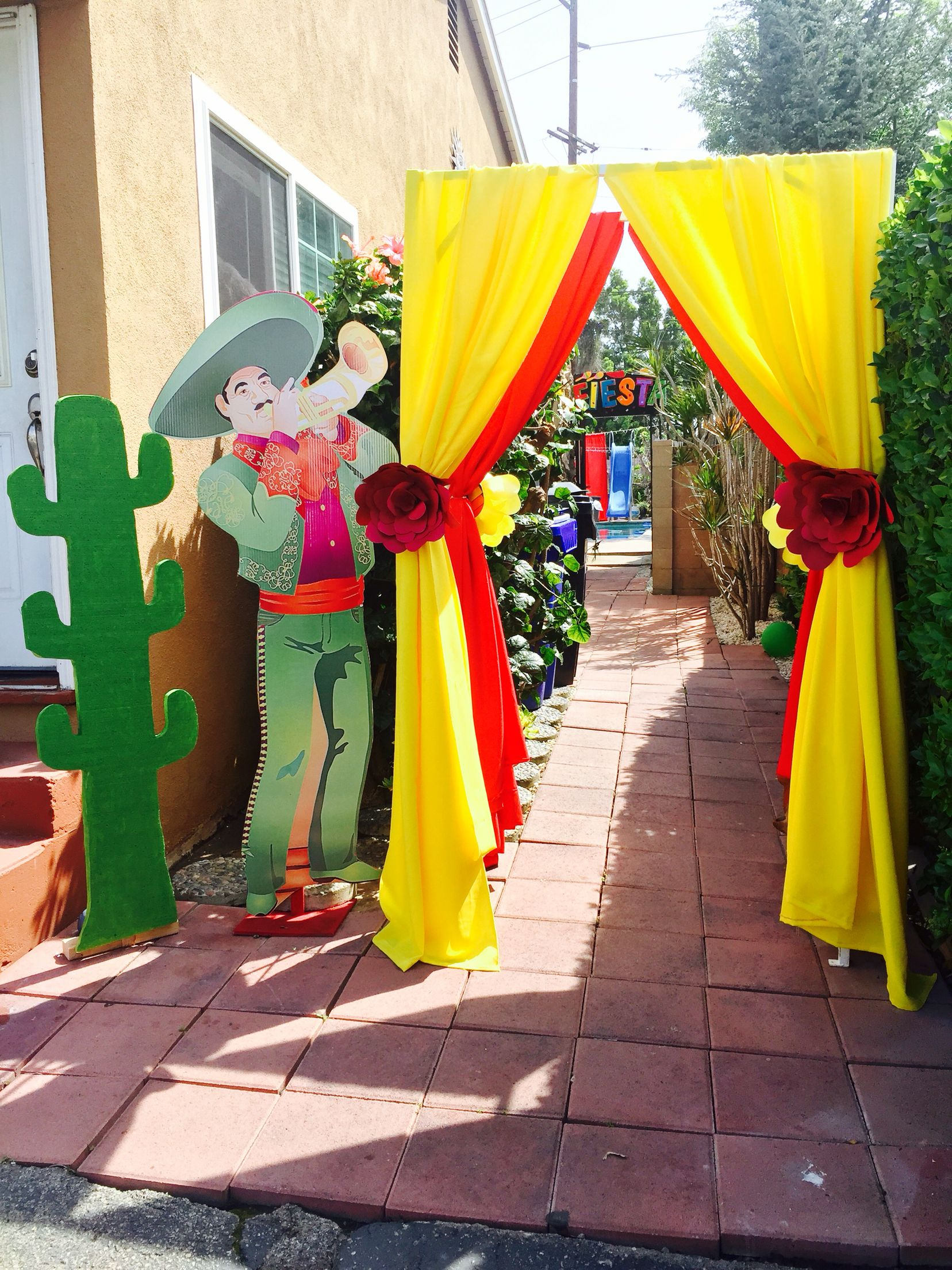 Fiesta party fiesta arch mariachi mexican party for Mexican party decorations