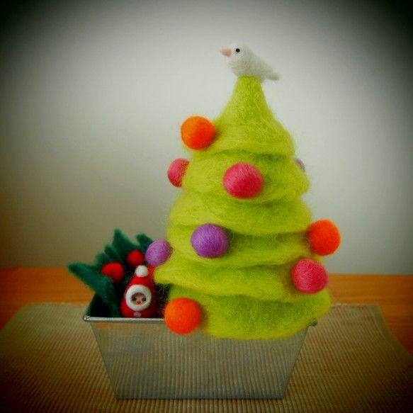 羊毛フェルトでできているのでとてもあたたかな風合いです。飾ってあるだけで幸せな気分になりますよ!ハンドメイドクリスマス2013|ハンドメイド、手作り、手仕事品の通販・販売・購入ならCreema。
