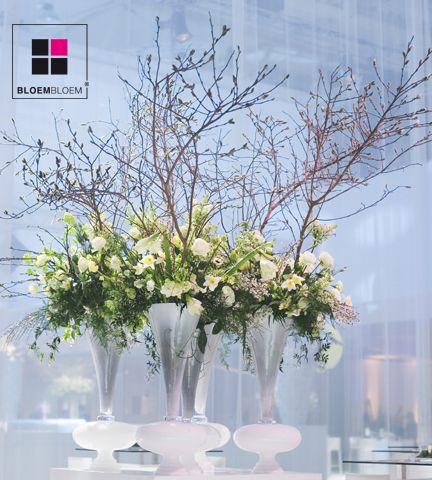 Bloemdecoraties zijn wonder schoon zeker met een opvallende vaas.