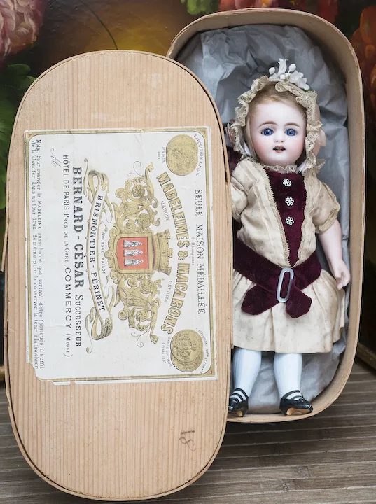 9 (23cm) Antique German All Bisque Miniature doll. model 886, by Simon and Halbig with blue stockings, in original dress and bonnet, c.1890 #miniaturedolls