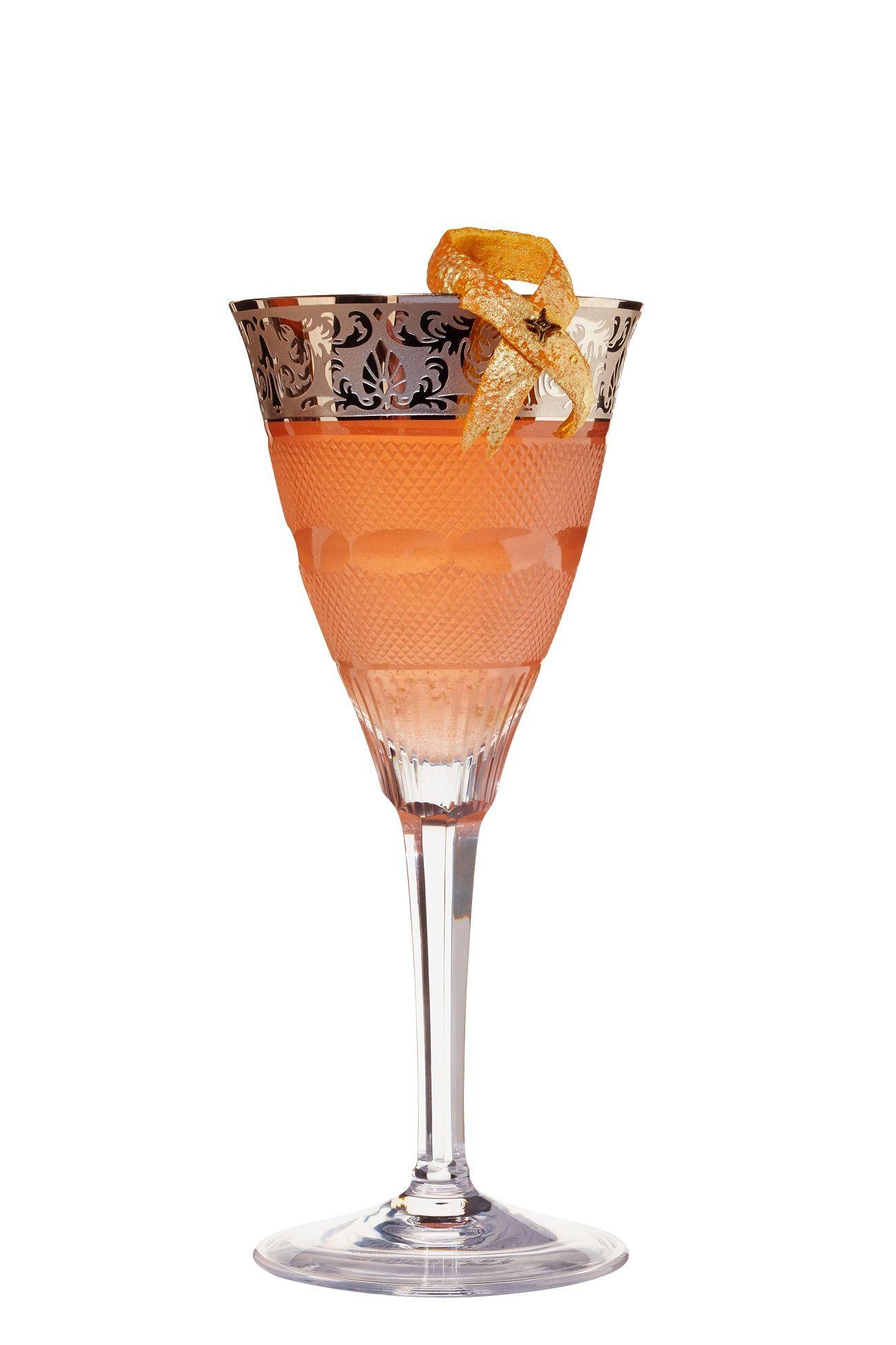 Royal 24 (Silvester-Drink)  4cl Beefeater 24  2,5 cl frisch gepresster Grapefruitsaft  1,5 cl Zuckersirup  2 dashes Peychauds Bitter   Alles Zutaten auf Eis shaken, double strainen und mit Champagner aufgießen. Eine Grapefruitzeste mit essbarem Goldlack besprühen und mit einer Nelke fixieren.