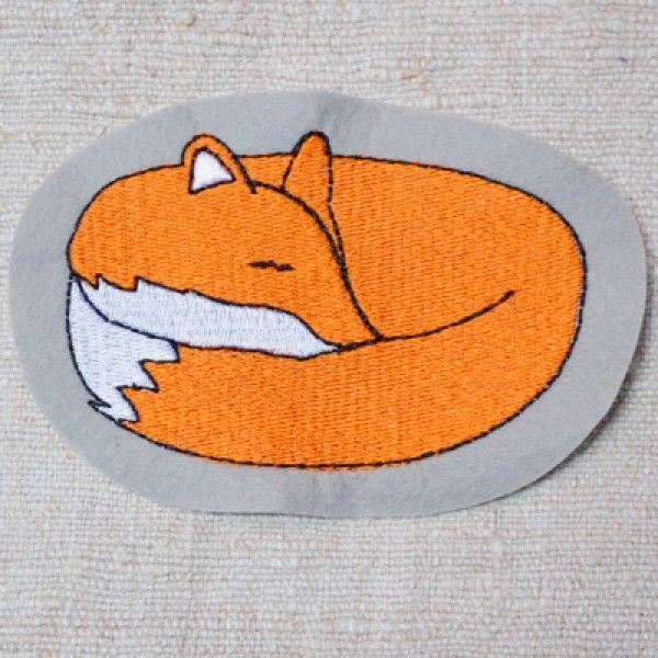 Schlafender Fuchs (Füllstich). Die kleinen Füchse gibt es als Stickdateien für die Stickmaschine bei www.mikronaut.de