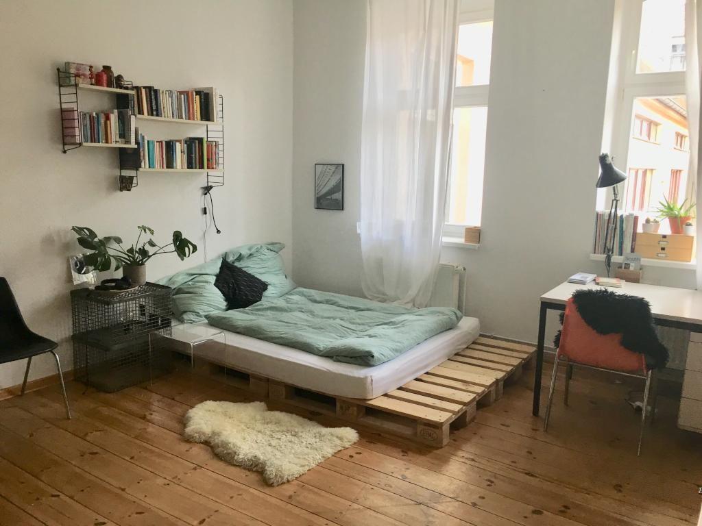 Selbstgemachtes Paletten Bett In Schoner Altbauwohnung Mit Alten