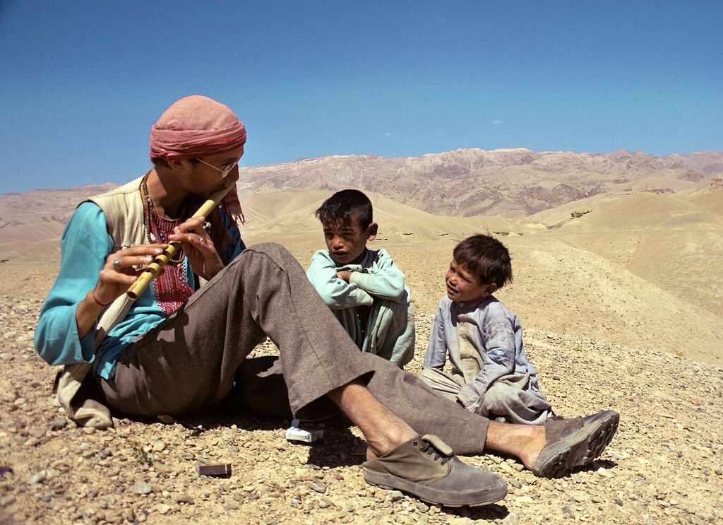 American traveller with attentive young audience bamyan