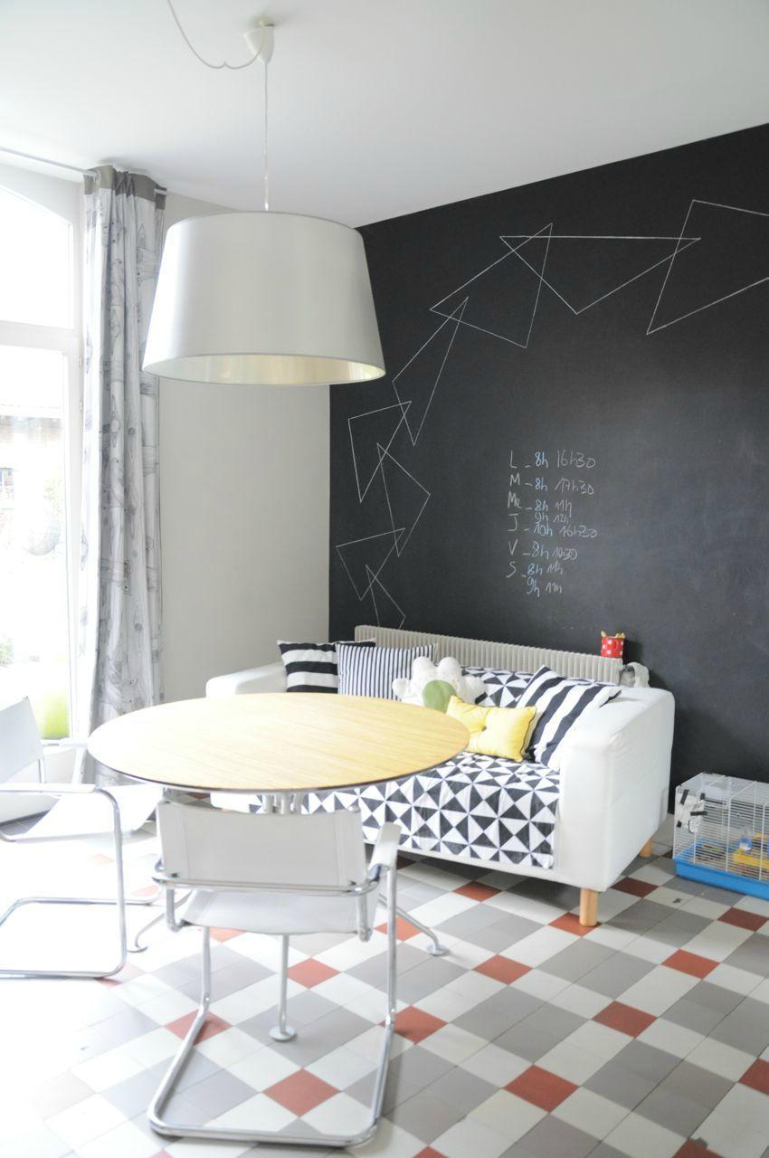 Cuisine coin repas mur tableau noir. Sol carreaux de ciment gris ...