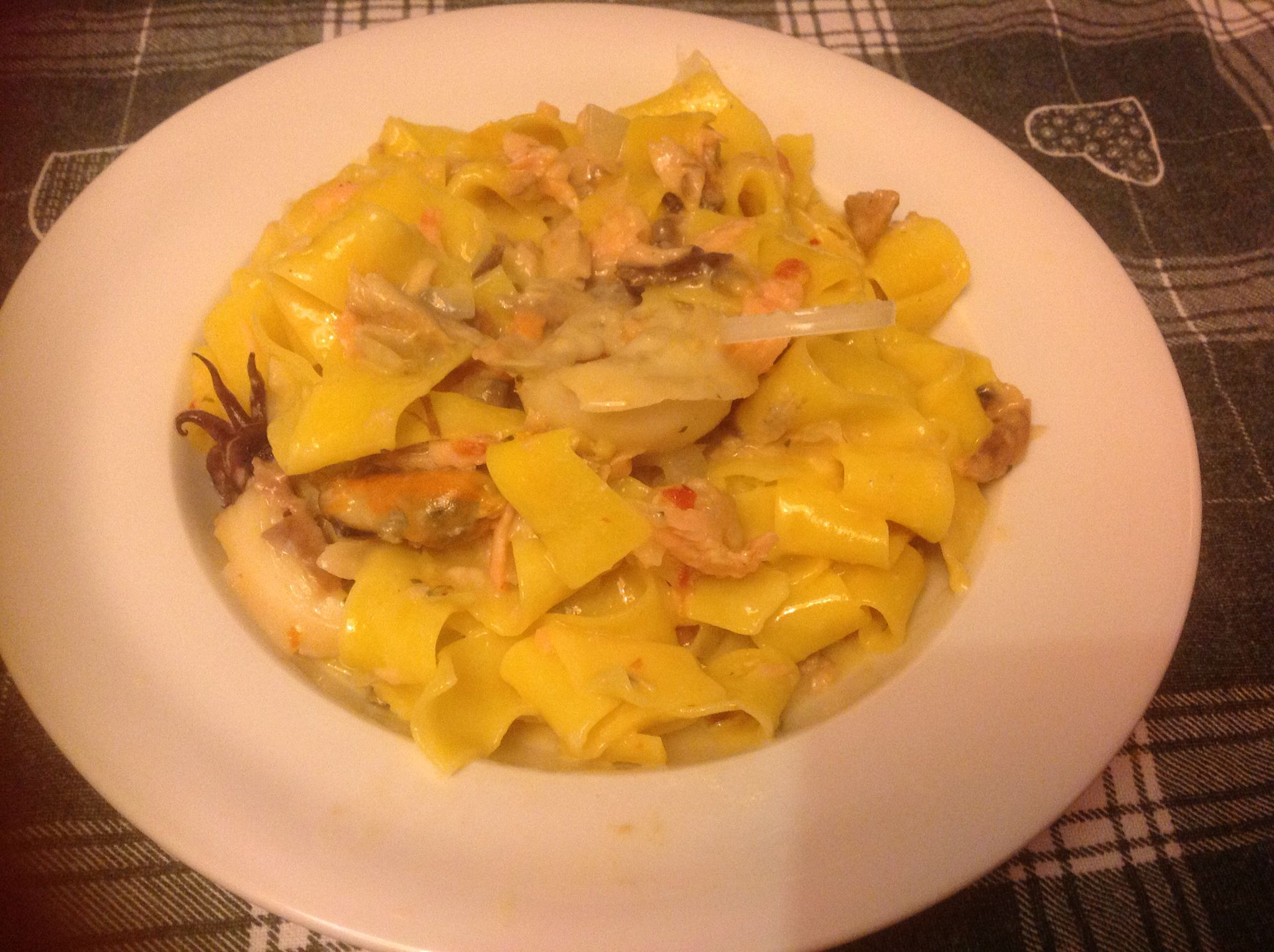 Fettuccine allo scoglio condite con: salmone, tonno, gamberetti e un pizzico di pepe