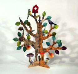 Totem Tree Kidsonroof  http://www.elbaobabverde.com/de-carton-reciclado/totem-tree  Monta este precioso árbol hecho en cartón reciclado, que incluye dos pájaros, una casa de pájaros y hongos creciendo junto a su tronco. Sin duda un precioso regalo para nuestros pequeños naturalistas.  Consta de alrededor de 170 piezas de robusto cartón reciclado.   Edad: más de 6 años.  Dimensiones (montado): 70 x 60 x 60 cm.