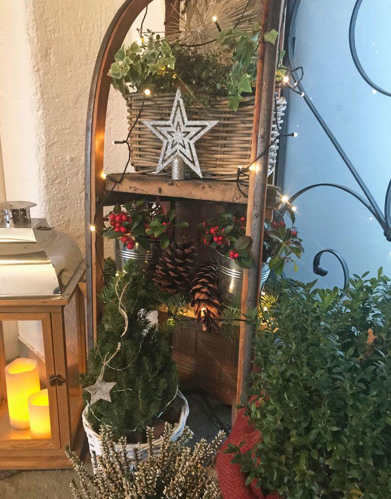 Schlitten am Eingang weihnachtlich dekoriert #weihnachtsdekohauseingangaussen