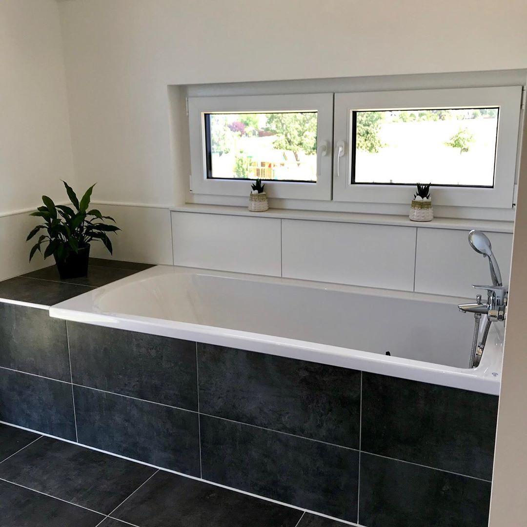 Das Erste Badezimmer Ist Endlich Komplett Fertig Abgesehen Naturlich Von Der Einrichtung Ein Spiegelschrank Waschbecken Unterschrank Und Die Lampe In Der Dus