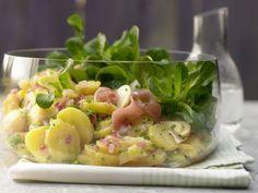 Grüner Kartoffelsalat mit Feldsalat, Lachsschinken und Apfel: Statt des leckeren, fettlastigen Originals hier die kalorienarme, deftige Alternative.