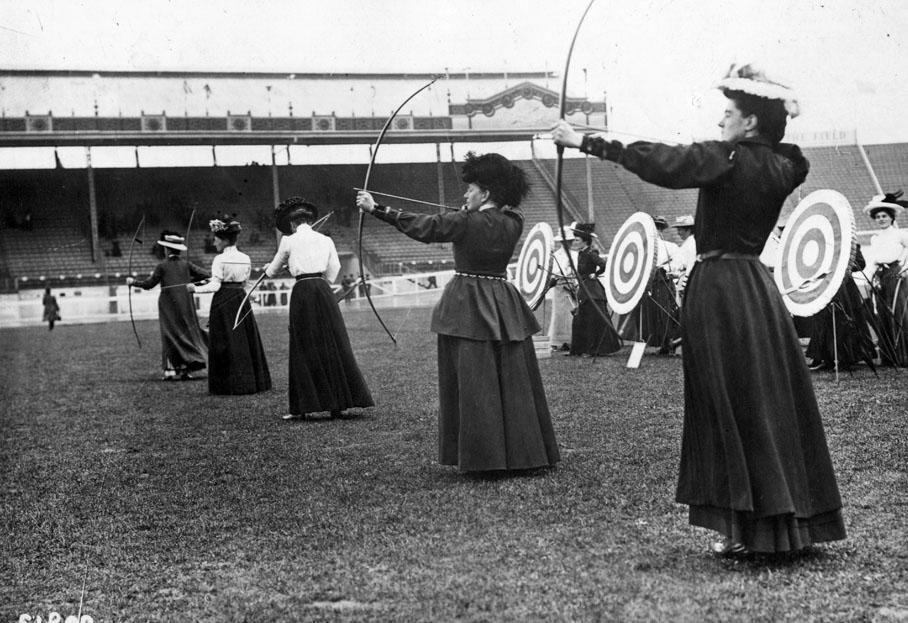 Epreuve de tir à l'arc féminin.   HULTON ARCHIVE / GETTY IMAGES