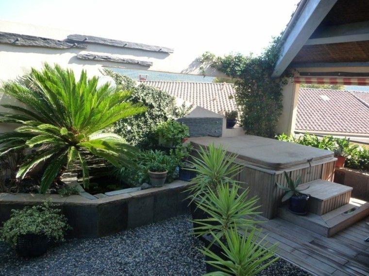 Jard n peque o con jacuzzi y suelo de madera garden wall for Jacuzzi de jardin