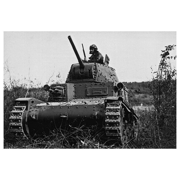 Italian m1340 with a tank crewman in the turret november 1940 italian army sciox Images