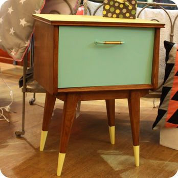 Tout lu0027esprit des années 50 ressort dans ce petit chevet qui a été - meuble en bois repeint