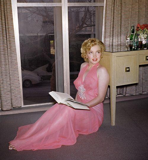 Marilyn Reading Marilyn Monroe Photos Marilyn Monroe Marilyn