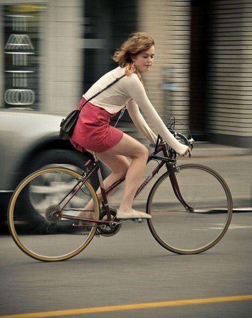 Девушка на велосипеде на работу заработать моделью онлайн в улан удэ