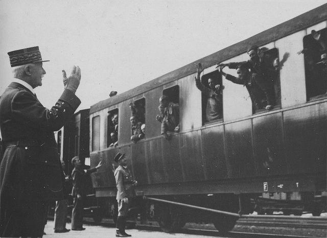 1941, France, Rouen, Le maréchal Philippe Pétain accueille, sur le quai de la gare, des soldats français libérés de captivité en Allemagne