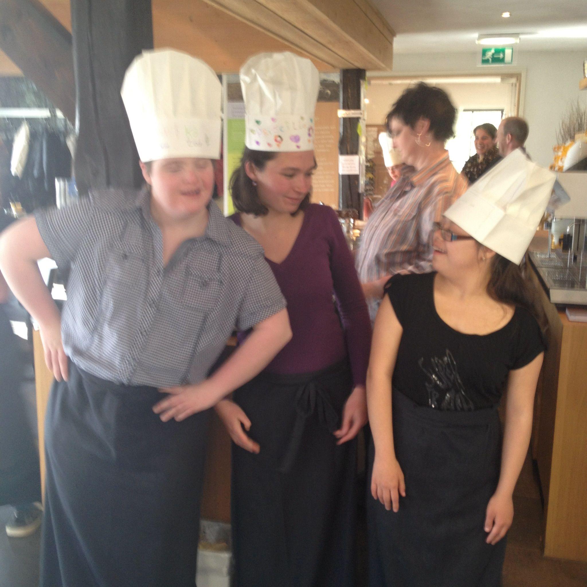 Trots! Plaatselijk Pannekoekenhuis leerde DownTalent een dag het restaurant runnen. Inclusief bakken, serveren en bestellingen opnemen. Genoten!