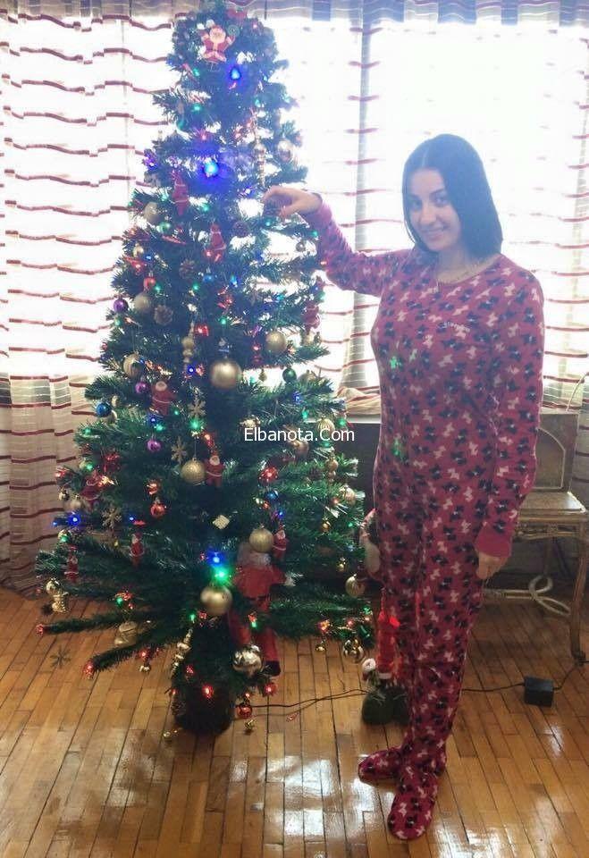 صور صافيناز وهي تحتفل برأس السنة بالبيجامة الحمراء Holiday Decor Holiday Christmas Tree