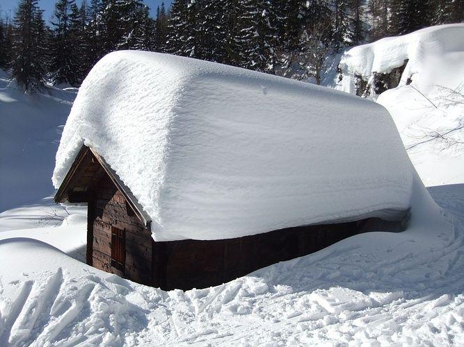 2-3 Meter Schnee auf dem Dach und die nächsten Tage... [hikr.org]