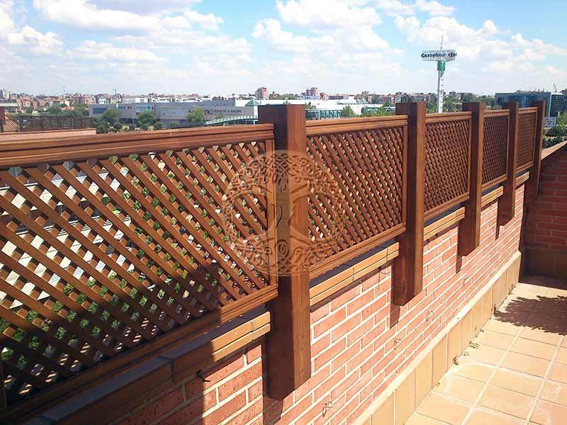 Celosias de madera ancladas a pared 2 pergolas for Paredes de madera para jardin