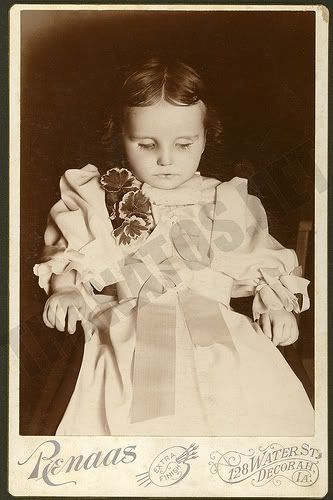 "Memento Mori (""Remember your Mortality"" in Latin) Death Photo. Victorian Era. She looks like a doll :*("