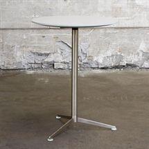 Café højbord i gråt laminat på sølvgrå sølje
