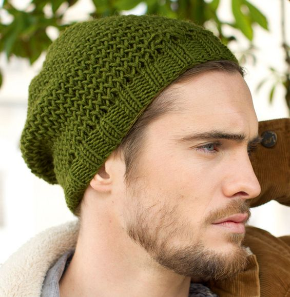 On craque pour ce modèle de bonnet très masculin. En côtes 2 2 et au point  d alvéoles pour un effet aéré. Tricoté en  Laine PHIL HARMONY , coloris  Fougère. 825a7a048d3