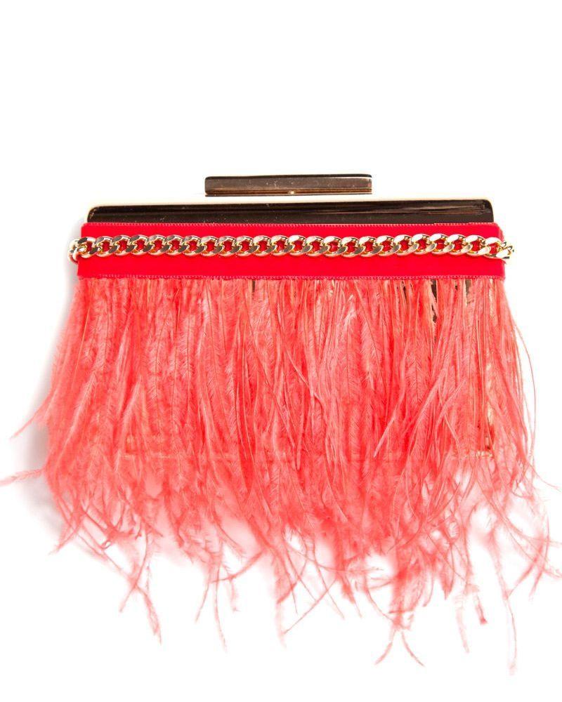44a487be2 Bolso de fiesta en base dorada con cinta de terciopelo y plumas en color  coral, y cadena dorada. #bolsos #invitadasboda