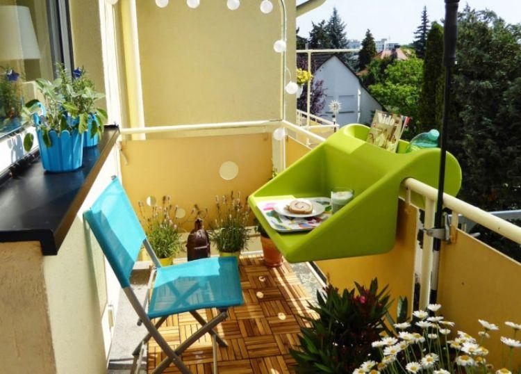 balkonmobel-kleinen-balkon-platz-tisch-design-balkonzept