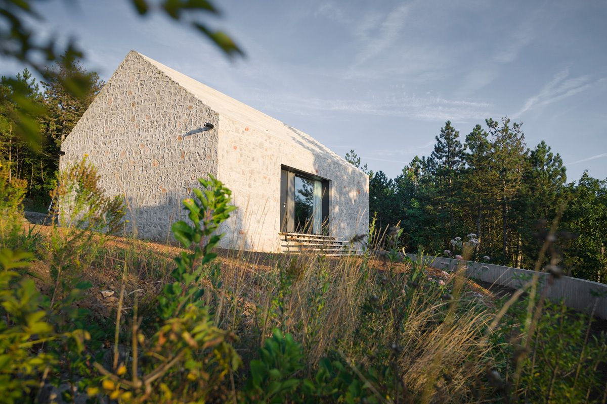 satteldach aus beton einfamilienhaus in slowenien beton architektur slowenien und satteldach. Black Bedroom Furniture Sets. Home Design Ideas