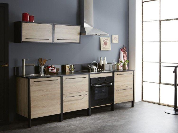 graue Wandfarbe, Küche aus hellem Holz und schwarze Arbeitsplatte