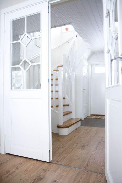 Farbgestaltung Treppe, verglaste Türen zum Wohnbereich Haus - farbgestaltung im flur eingangsbereich