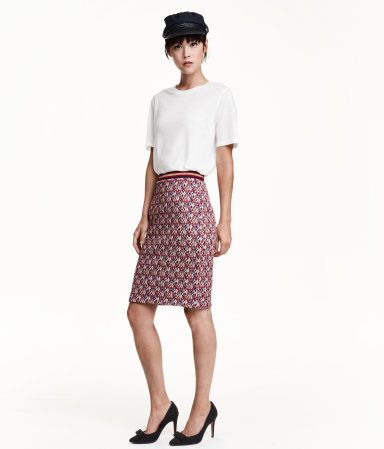 Knee-length skirt in jacquard-knit fabric with glittery threads. Striped elastication at waist. Unlined.