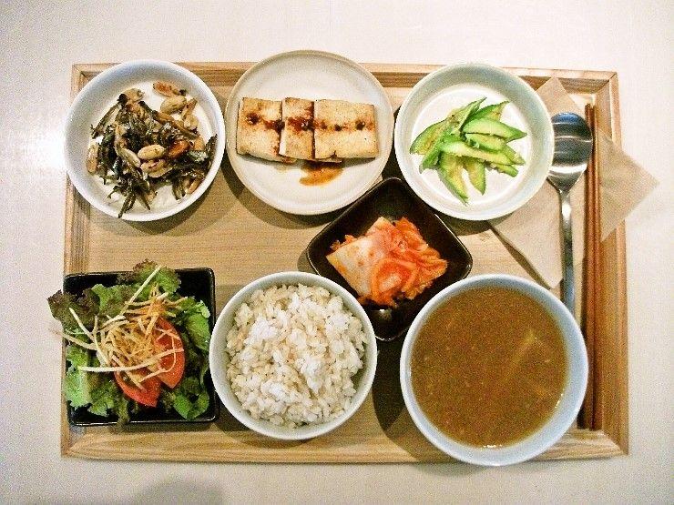 2011년 8월 3일 수요일 그때그때밥상 입니다. 고소한 콩세알 유기농두부 부침 + 부드러운 애호박볶음 + 짭쪼름 씹는맛이 좋은 멸치땅콩볶음에 신선한 샐러드 + 잘익은 김치 + 감자 된장국에 건강한 현미밥입니다.