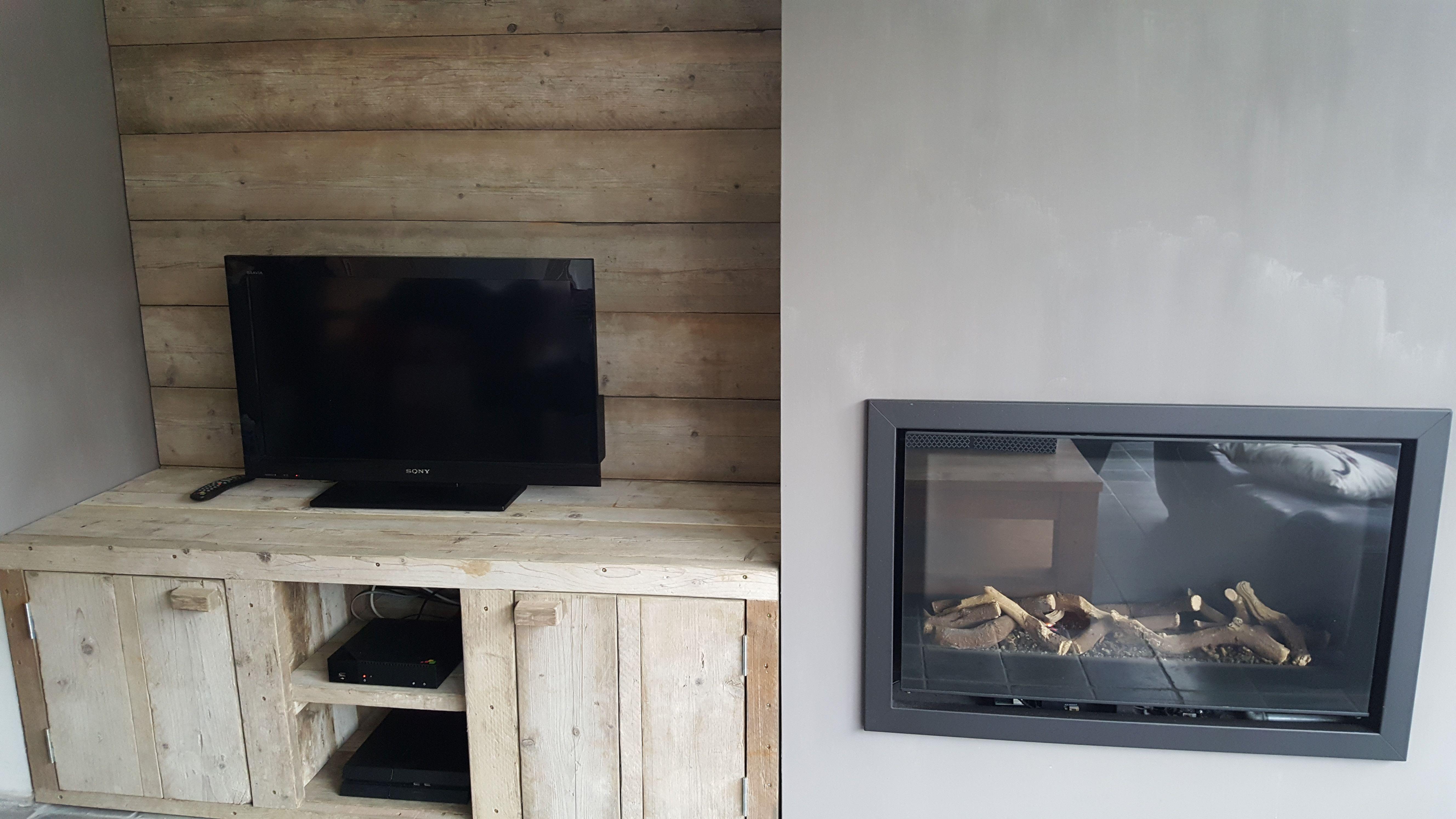 Tv kast met achterwand vervaardigd uit oud steigerhout ...
