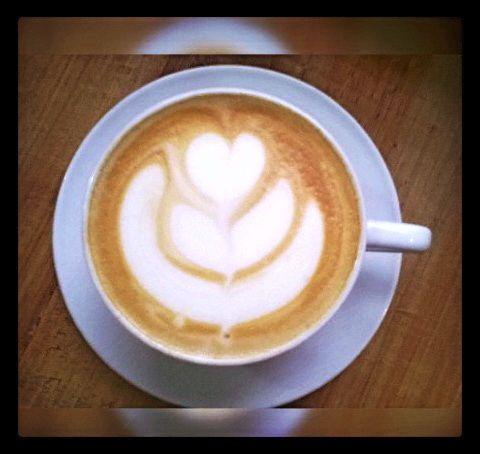 """""""...a veces te recuerdo y te olvido entre lecturas un café  y uno que otro chocolate"""". Anónimo. #CoffeeLovers  #AromaDiCaffé #MomentosAroma #SaboresAroma #Coffee #CoffeeMoments #CoffeeTime"""