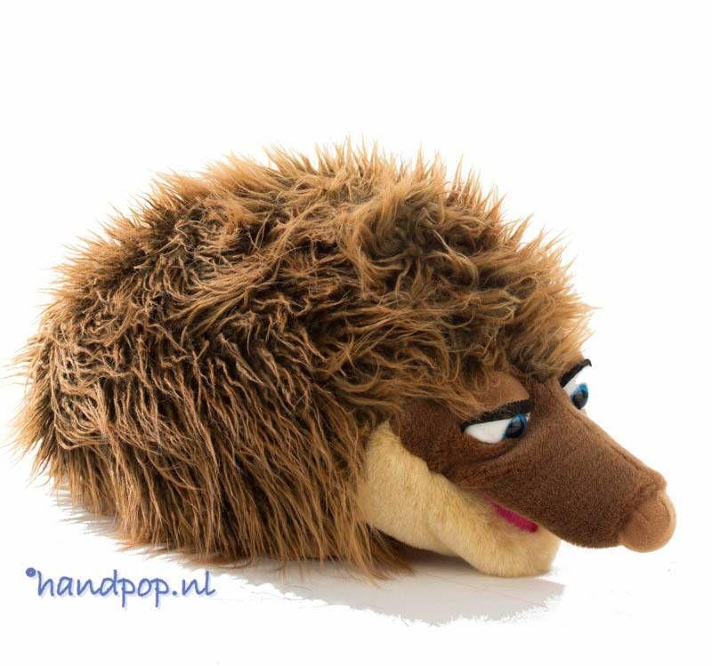 Hij is net zo aandoenlijk als een echte egel maar ook nog erg aaibaar en zacht! Living Puppets handpop egel 40 cm groot.