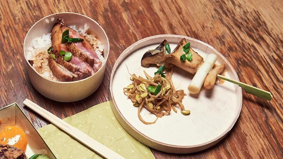 Mushrooms And Leek With Sesame Dressing And Five Spiced Duck With Seasoned Rice Opskrift