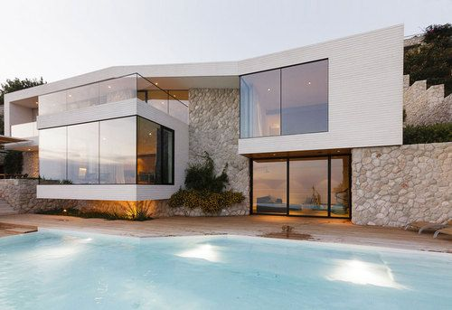 Jolie combinaison pierre et verre pour cette maison contemporaine de