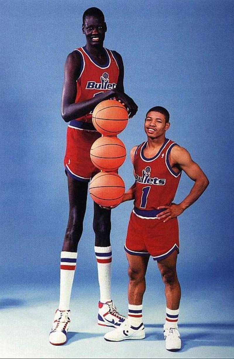 Muggsy Bogues With Manute Bol Manute Bol Basketball Players Nba Players