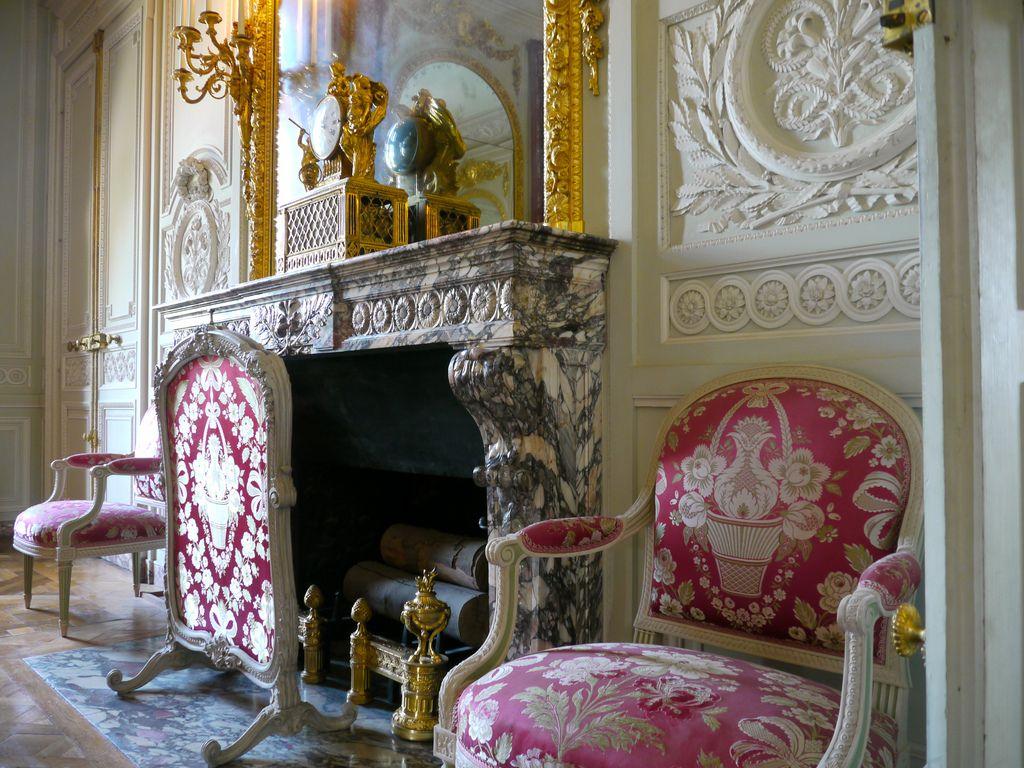 Versailles, Yvelines: Petit Trianon, Salon de compagnie, pièce principale  de l'étage, entre autres consacrée aux «Jeux» et à la musique (décorations  Honoré Guibert). | Petit trianon versailles, Petit trianon et Trianon
