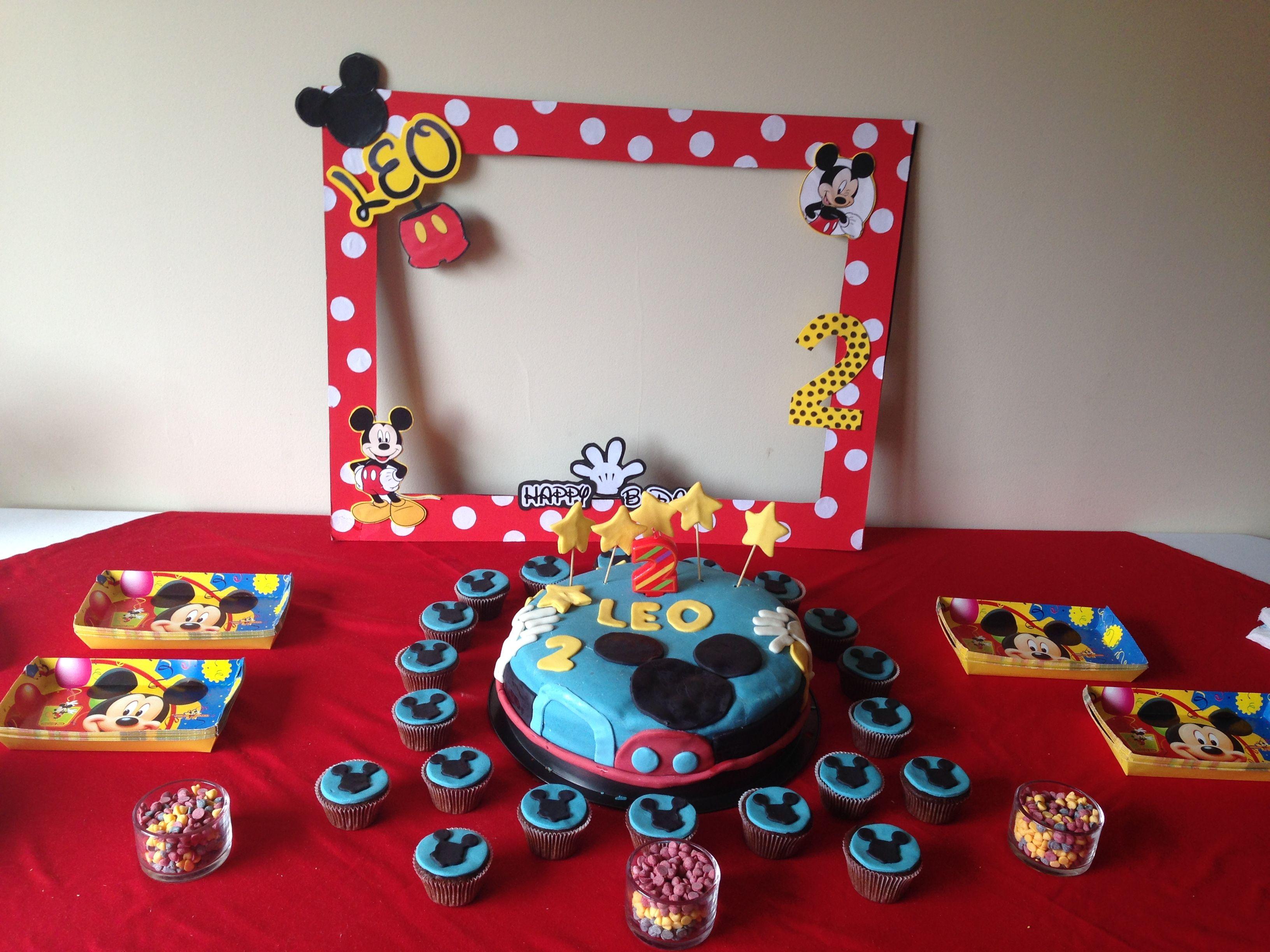 mesa de pastel con tema de mickey mouse cupcakes de fondant recipientes con