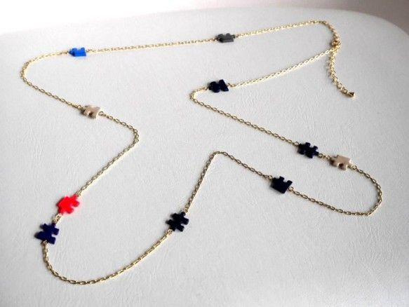 「パズル 2WAY ネイビーロングネックレス」小さいサイズのこどもパズルを使用したネックレスです。1連でロング、2連にして首周りのネックレスと、2通りで使用で...|ハンドメイド、手作り、手仕事品の通販・販売・購入ならCreema。