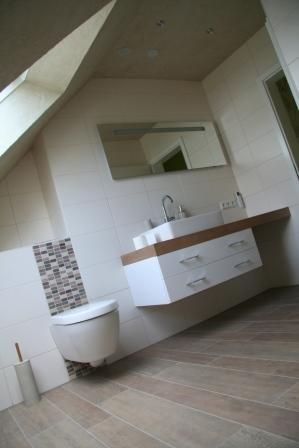 Holzoptik Im Badezimmer Und Helle Beige Wandfliesen | Badezimmer ... Badezimmer Ideen Dachschrge