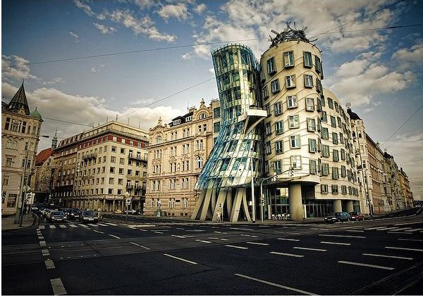 frank gehry dancing house prague1  10 Inspirational Lessons from The Most  Important Architect of Our